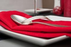 Cubiertos en servilleta roja imágenes de archivo libres de regalías