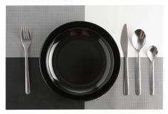 cubiertos o sistema y placas de los platos y cubiertos aislados en blanco imagen de archivo
