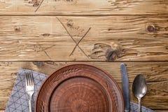 Cubiertos viejos en la tabla de madera Foto de archivo libre de regalías