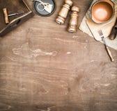 Cubiertos y bandeja de madera del vintage en un fondo de madera marrón Copie el espacio foto de archivo