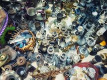 Cubiertos y baratijas en venta en la ciudad vieja Jerusalén imagen de archivo libre de regalías