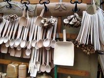 Cubiertos y cuchara de madera para la venta en el mercado imágenes de archivo libres de regalías