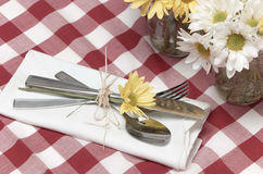 Cubiertos y flores de la comida campestre Imagenes de archivo