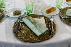 Cubiertos y pieza central del menú de la boda imágenes de archivo libres de regalías