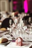 Cubiertos y tablewear de lujo elegantes con las flores en el weddi del hotel Foto de archivo