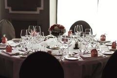 Cubiertos y tablewear de lujo elegantes con las flores en el weddi del hotel Foto de archivo libre de regalías