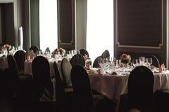 Cubiertos y tablewear de lujo elegantes con las flores en el weddi del hotel Imágenes de archivo libres de regalías