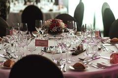 Cubiertos y tablewear de lujo elegantes con las flores en el weddi del hotel Imagenes de archivo