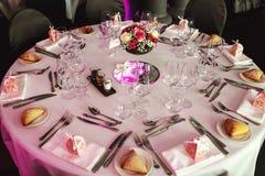 Cubiertos y tablewear de lujo elegantes con las flores en el weddi del hotel Fotografía de archivo