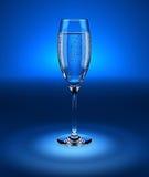 Cubilete de cristal con agua chispeante fresca Imagen de archivo