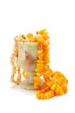 Cubilete de la piedra (Onyx) con los granos ambarinos Fotografía de archivo