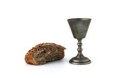 Cubilete del vino y pan quebrado Foto de archivo