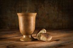 Cubilete y pan del vino imágenes de archivo libres de regalías