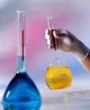 Cubiletes con el líquido coloreado Imagen de archivo libre de regalías