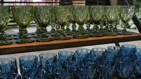 Cubiletes de cristal coloreados para las ideas de los cócteles y del vino del alcohol para el jugo fresco y cámara lenta 4k del a metrajes