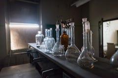 Cubiletes en una sala de clase abandonada de la ciencia Foto de archivo libre de regalías