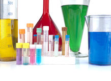 Cubiletes, tubos de ensayo y cristalería de laboratorio Imagenes de archivo