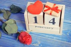 Cubique el calendario con el regalo, el corazón rojo y la flor color de rosa, día de tarjetas del día de San Valentín Fotografía de archivo libre de regalías