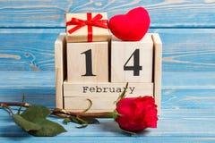 Cubique el calendario con el regalo, el corazón rojo y la flor color de rosa, día de tarjetas del día de San Valentín Imágenes de archivo libres de regalías