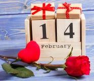 Cubique el calendario con el regalo, el corazón rojo y la flor color de rosa, día de tarjetas del día de San Valentín Fotos de archivo