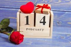 Cubique el calendario con el regalo, el corazón rojo y la flor color de rosa, día de tarjetas del día de San Valentín Imagen de archivo libre de regalías