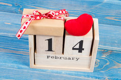 Cubique el calendario con el regalo y el corazón rojo, día de tarjetas del día de San Valentín Imágenes de archivo libres de regalías