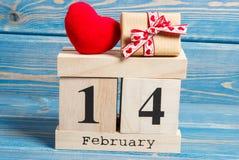 Cubique el calendario con el regalo y el corazón rojo, día de tarjetas del día de San Valentín Fotos de archivo libres de regalías