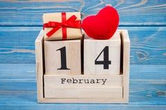 Cubique el calendario con el regalo y el corazón rojo, día de tarjetas del día de San Valentín Imagen de archivo libre de regalías