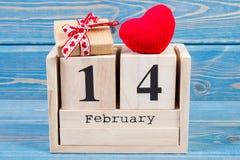 Cubique el calendario con el regalo y el corazón rojo, día de tarjetas del día de San Valentín Imagenes de archivo