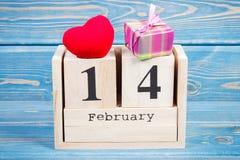 Cubique el calendario con el regalo y el corazón rojo, día de tarjetas del día de San Valentín Foto de archivo