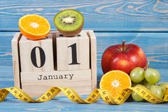 Cubique el calendario con la fecha del 1 de enero, de frutas y de la cinta métrica, Años Nuevos de concepto de las resoluciones Fotos de archivo libres de regalías