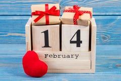 Cubique el calendario con los regalos envueltos y el corazón rojo, decoración del día de tarjetas del día de San Valentín Fotografía de archivo