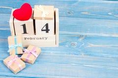 Cubique el calendario con los regalos y el corazón rojo, día de tarjetas del día de San Valentín Imagen de archivo libre de regalías