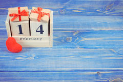 Cubique el calendario con los regalos y el corazón rojo, día de tarjetas del día de San Valentín Fotografía de archivo