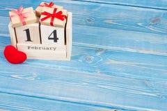Cubique el calendario con los regalos y el corazón rojo, día de tarjetas del día de San Valentín Imagen de archivo