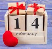 Cubique el calendario con los regalos y el corazón rojo, día de tarjetas del día de San Valentín Imagenes de archivo
