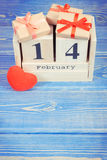 Cubique el calendario con los regalos y el corazón rojo, día de tarjetas del día de San Valentín Fotos de archivo