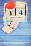 Cubique el calendario con los regalos y el corazón rojo, día de tarjetas del día de San Valentín Fotografía de archivo libre de regalías