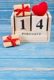 Cubique el calendario con los regalos y el corazón rojo, día de tarjetas del día de San Valentín Fotos de archivo libres de regalías