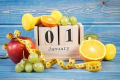 Cubique el calendario, las frutas, las pesas de gimnasia y la cinta métrica, Años Nuevos de resoluciones Imagen de archivo