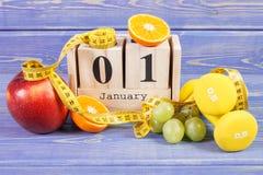 Cubique el calendario, las frutas, las pesas de gimnasia y la cinta métrica, Años Nuevos de resoluciones Foto de archivo