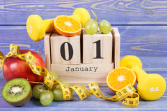 Cubique el calendario, las frutas, las pesas de gimnasia y la cinta métrica, Años Nuevos de resoluciones Fotos de archivo libres de regalías