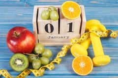 Cubique el calendario, las frutas, las pesas de gimnasia y la cinta métrica, Años Nuevos de resoluciones Fotografía de archivo libre de regalías