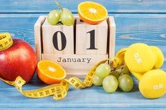 Cubique el calendario, las frutas, las pesas de gimnasia y la cinta métrica, Años Nuevos de resoluciones Foto de archivo libre de regalías