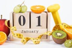 Cubique el calendario, las frutas, las pesas de gimnasia y la cinta métrica, Años Nuevos de resoluciones Imagenes de archivo