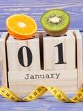 Cubique el calendario, las frutas y la cinta métrica, Años Nuevos de resoluciones Imagen de archivo