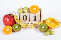 Cubique el calendario, las frutas y la cinta métrica, Años Nuevos de resoluciones Foto de archivo libre de regalías