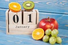 Cubique el calendario y las frutas, Años Nuevos de resoluciones de la forma de vida sana Foto de archivo