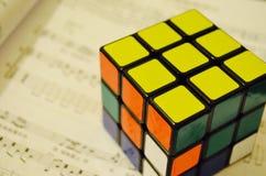Cubique magique sur un cahier de musique Photo libre de droits