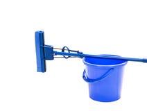 Cubo azul con la fregona de esponja Foto de archivo